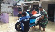 "Kali Lamong Meluap, Koramil–PolsekDAWARBLANDONG BersamaTagana dan Relawan ""Turun Langsung"" Ke Lokasi Banjir"