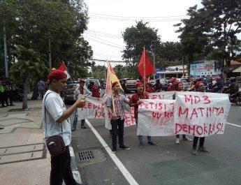Perhimpunan Mahasiswa Katolik Gelar Aksi di DPRD Surabaya